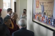 Его Святейшество Далай-лама рассматривает фотографию участников конференции Global Hindu-Buddhist Initiative по прибытии в здание Международного фонда Вивекананды. Нью-Дели, Индия. 8 февраля 2017 г. Фото: Тензин Чойджор (офис ЕСДЛ)