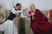 Андра Прадеш мужийн сайд Венкайах Найду хурал эхлэхээс өмнө Дээрхийн Гэгээнтэн Далай Ламтай ярилцаж байгаа нь. Энэтхэг, Андра Прадеш, Вижейвада. 2017.02.10. Гэрэл зургийг Тэнзин Чойжор (ДЛО)