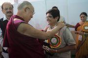 Пондичерри мужийн дэд дарга Хатагтай Киран Беди Дээрхийн Гэгээнтэн Далай Ламд талархал илэрхийлж байгаа нь. Энэтхэг, Андра Прадеш, Вижейвада. 2017.02.10. Гэрэл зургийг Тэнзин Чойжор (ДЛО)