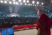Дээрхийн Гэгээнтэн Далай Лам Үдэсний эмэгтэйчүүдийн парламентийн анхдугаар хуралд оролцож буй 10,000 гаруй хүмүүстэй мэндэлж байгаа нь. Энэтхэг, Андра Прадеш, Вижейвада. 2017.02.10. Гэрэл зургийг Тэнзин Чойжор (ДЛО)