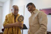 Дээрхийн Гэгээнтэн Далай Лам Андра Прадеш мужийн ерөнхий сайд Н. Чандрабабу Найдуд дурсгалын бэлэг өгч байгаа нь. Энэтхэг, Андра Прадеш, Вижейвада. 2017.02.10. Гэрэл зургийг Тэнзин Чойжор (ДЛО)