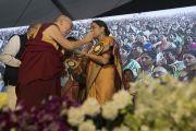 Дээрхийн Гэгээнтэн Далай Лам нийгмийн зүтгэлтэн, нийгмийн судалгааны төвийн захирал Рангуун Кумарыг амттанаар дайлж байгаа нь. Энэтхэг, Андра Прадеш, Вижейвада. 2017.02.10. Гэрэл зургийг Тэнзин Чойжор (ДЛО)