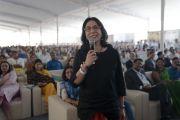 Одна из слушательниц задает вопрос Его Святейшеству Далай-ламе в ходе лекции, организованной по случаю закладки первого камня южно-азиатского отделения «Центра за этику и ценности, ведущие к трансформации». Хайдарабад, штат Телангана, Индия. 12 февраля 2017 года. Фото: Тензин Чойджор (офис ЕСДЛ)