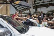Его Святейшество Далай-лама прощается со своими почитателями по завершении лекции, организованной по случаю закладки первого камня южно-азиатского отделения «Центра за этику и ценности, ведущие к трансформации». Хайдарабад, штат Телангана, Индия. 12 февраля 2017 года. Фото: Тензин Чойджор (офис ЕСДЛ)