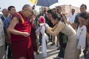 Тибетские студенты подносят традиционное приветствие Его Святейшеству Далай-ламе, прибывшему на открытый стадион выставочного комплекса «Хайтекс». Хайдарабад, штат Телангана, Индия. 12 февраля 2017 года. Фото: Тензин Чойджор (офис ЕСДЛ)