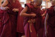 Монахи облачаются в новые одеяния во время церемонии принятия монашеских обетов, прошедшей в резиденции Его Святейшества Далай-ламы. Дхарамсала, Индия. 6 марта 2017 г. Фото: Тензин Чойджор (офис ЕСДЛ)