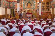 Его Святейшество Далай-лама дарует наставления послушникам, готовящимся принять монашеские обеты. Дхарамсала, Индия. 6 марта 2017 г. Фото: Тензин Чойджор (офис ЕСДЛ)