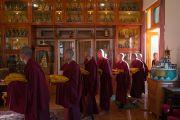 Послушники входят в зал собраний, держа в руках свои новые монашеские одеяния, перед началом церемонии дарования Его Святейшеством Далай-ламой монашеских обетов. Дхарамсала, Индия. 6 марта 2017 г. Фото: Тензин Чойджор (офис ЕСДЛ)