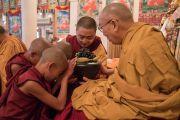 Монахи, принявшие монашеские обеты, совершают подношения Его Святейшеству Далай-ламе. Дхарамсала, Индия. 6 марта 2017 г. Фото: Тензин Чойджор (офис ЕСДЛ)