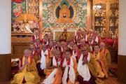 Его Святейшество Далай-лама фотографируется на память с только что принявшими обеты монахами. Дхарамсала, Индия. 6 марта 2017 г. Фото: Тензин Чойджор (офис ЕСДЛ)