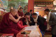 Дээрхийн Гэгээнтэн Далай Лам Норбүлинка институтын зарим удирдах албаны хүмүүстэй уулзаж байгаа нь. Энэтхэг, ХП, Дарамсала. 2017.03.09. Гэрэл зургийг Тэнзин Чойжор (ДЛО)