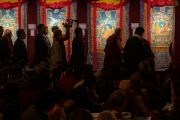 Дээрхийн Гэгээнтэн Далай Лам Норбүлинка институтын бурхан шүтээн урлаач нарын бүтээсэн 14 Далай Лам нарын амьдрал, түүхийг харуулсан танхаг үзэж сонирхож байгаа нь. Энэтхэг, ХП, Дарамсала. 2017.03.09. Гэрэл зургийг Тэнзин Чойжор (ДЛО)