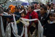 Хүүхдүүд бороонд норохыг үл ажран Дээрхийн Гэгээнтэн Далай Ламыг тосон угтав. Энэтхэг, ХП, Дарамсала. 2017.03.09. Гэрэл зургийг Тэнзин Чойжор (ДЛО)