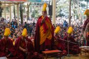 Мастер ритуального пения возглавляет молебен, проводимый перед началом учений Его Святейшества Далай-ламы по текстам Джатак, повествований о предыдущих рождениях Будды Шакьямуни. Дхарамсала, Индия. 12 марта 2017 г. Фото: Тензин Чойджор (офис ЕСДЛ)