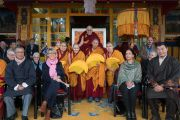 Его Святейшество Далай-лама, четыре монахини-геше-ма, читавшие молитвы в начале церемонии, и почетные гости во время церемонии празднования первого официального Дня тибетских женщин, организованной Центральной тибетской администрацией. Дхарамсала, Индия. 12 марта 2017 г. Фото: Тензин Чойджор (офис ЕСДЛ)