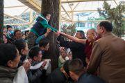 Возвращаясь в свою резиденцию, Его Святейшество Далай-лама пожимает руку юному тибетцу. Дхарамсала, Индия. 12 марта 2017 г. Фото: Тензин Чойджор (офис ЕСДЛ)