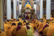 Его Святейшество Далай-лама и монахи во время церемонии «очищения и восстановления (обетов)», совершаемой каждые два месяца. Дхарамсала, Индия. 12 марта 2017 г. Фото: Тензин Чойджор (офис ЕСДЛ)