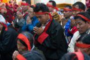 Верующие с ритуальными повязками на головах слушают наставления Его Святейшества Далай-ламы в ходе посвящения Авалокитешвары. Дхарамсала, Индия. 14 марта 2017 г. Фото: Тензин Чойджор (офис ЕСДЛ)