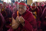 Тибетские монахи держат руки в падма-мудре (мудре лотоса) во время посвящения Авалокитешвары, даруемого Его Святейшеством Далай-ламой. Дхарамсала, Индия. 14 марта 2017 г. Фото: Тензин Чойджор (офис ЕСДЛ)