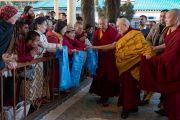 Его Святейшество Далай-лама приветствует верующих, направляясь в главный тибетский храм в начале второго дня учений. Дхарамсала, Индия. 14 марта 2017 г. Фото: Тензин Чойджор (офис ЕСДЛ)