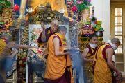 Монахи монастыря Намгьял помогают Его Святейшеству Далай-ламе выполнять ритуальные церемонии во время посвящения Авалокитешвары. Дхарамсала, Индия. 14 марта 2017 г. Фото: Тензин Чойджор (офис ЕСДЛ)