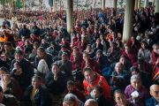 Верующие почтительно провожают Его Святейшество Далай-ламу, покидающего главный тибетский храм по завершении посвящения Авалокитешвары. Дхарамсала, Индия. 14 марта 2017 г. Фото: Тензин Чойджор (офис ЕСДЛ)