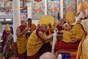 Настоятель монастыря Намгьял Тхамтог Ринпоче совершает традиционное подношение во время молебна о долгой жизни Его Святейшества Далай-ламы. Дхарамсала, Индия. 15 марта 2017 г. Фото: Тензин Дамчо (офис ЕСДЛ)