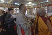 Бывшие сотрудники службы безопасности Его Святейшества Далай-ламы готовятся совершить подношения в ходе молебна о долгой жизни Далай-ламы. Дхарамсала, Индия. 15 марта 2017 г. Фото: Лобсанг Церинг (офис ЕСДЛ)