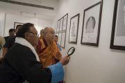 Его Святейшество Далай-лама посещает выставку произведений мастера тибетской каллиграфии Джамьянга Дордже в международном конференц-центре Раджгира. Раджгир, штат Бихар, Индия. 17 марта 2017 г. Фото: Тензин Чойджор (офис ЕСДЛ)