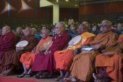 Его Святейшество Далай-лама и старшие представители сангхи слушают выступления докладчиков во время пленарной сессии первого дня трехдневной международной конференции, посвященной роли буддизма в 21-м веке. Раджгир, штат Бихар, Индия. 17 марта 2017 г. Фото: Тензин Чойджор (офис ЕСДЛ)