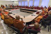 Его Святейшество Далай-лама принимает участие в собрании старших представителей сангхи во время первого дня трехдневной международной конференции, посвященной роли буддизма в 21-м веке. Раджгир, штат Бихар, Индия. 17 марта 2017 г. Фото: Тензин Чойджор (офис ЕСДЛ)