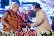 Его Святейшество Далай-лама и член Объединенного совета министров Индии, министр культуры и туризма доктор Махеш Шарма пожимают друг другу руки после выступления на открытии трехдневной международной конференции, посвященной роли буддизма в 21-м веке. Раджгир, штат Бихар, Индия. 17 марта 2017 г. Фото: Тензин Чойджор (офис ЕСДЛ)