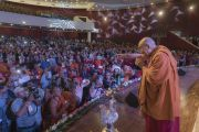 Поднявшись на сцену международного конференц-центра Раджгира, Его Святейшество Далай-лама приветствует делегатов трехдневной международной конференции «Буддизм в 21-м веке». Раджгир, штат Бихар, Индия. 17 марта 2017 г. Фото: Тензин Чойджор (офис ЕСДЛ)