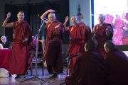 Геше-ма проводят показательный философский диспут в ходе послеобеденной пленарной сессии первого дня трехдневной международной конференции, посвященной роли буддизма в 21-м веке. Раджгир, штат Бихар, Индия. 17 марта 2017 г. Фото: Тензин Чойджор (офис ЕСДЛ)