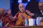 Его Святейшество Далай-лама обращается к собравшимся во время интерактивной сессии второго дня трехдневной международной конференции, посвященной роли буддизма в 21-м веке. Раджгир, штат Бихар, Индия. 18 марта 2017 г. Фото: Тензин Чойджор (офис ЕСДЛ)