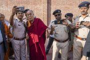 Покидая утром свой отель, Его Святейшество Далай-лама фотографируется с местными полицейскими перед визитом в университет Нава Наланда Махавихара. Раджгир, штат Бихар, Индия. 18 марта 2017 г. Фото: Тензин Чойджор (офис ЕСДЛ)