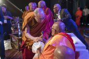 Его Святейшество Далай-лама преподносит статуэтки Будды в дар старшим представителям сангхи, участвующим в трехдневной международной конференции, посвященной роли буддизма в 21-м веке. Раджгир, штат Бихар, Индия. 18 марта 2017 г. Фото: Тензин Чойджор (офис ЕСДЛ)