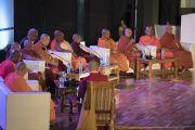 Его Святейшество Далай-лама и старшие представители сангхи во время интерактивной сессии второго дня трехдневной международной конференции «Буддизм в 21-м веке». Раджгир, штат Бихар, Индия. 18 марта 2017 г. Фото: Тензин Чойджор (офис ЕСДЛ)