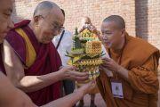 Монах из Таиланда совершает традиционное подношение Его Святейшеству Далай-ламе, направляющемуся из своего отеля в университет Нава Наланда Махавихара. Раджгир, штат Бихар, Индия. 18 марта 2017 г. Фото: Тензин Чойджор (офис ЕСДЛ)