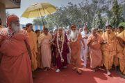 Свами Каршни Гуру Ашарананда-джи Махарадж встречает Его Святейшество Далай-ламу, прибывшего в ашрам Шри Удасина Каршни. Матхура, штат Уттар-Прадеш, Индия. 20 марта 2017 г. Фото: Тензин Чойджор (офис ЕСДЛ)