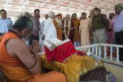 Индуистский священник приветствует Его Святейшество Далай-ламу во время его паломничества в храм Кришны в ашраме Шри Удасина Каршни. Матхура, штат Уттар-Прадеш, Индия. 20 марта 2017 г. Фото: Тензин Чойджор (офис ЕСДЛ)
