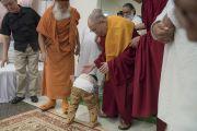 Маленький мальчик приветствует Его Святейшество Далай-ламу, направляющегося на пресс-конференцию в ашраме Шри Удасина Каршни. Матхура, штат Уттар-Прадеш, Индия. 20 марта 2017 г. Фото: Тензин Чойджор (офис ЕСДЛ)