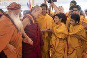 Его Святейшество Далай-лама приветствует юного индуистского священника по прибытии на ритуал хаван (огненная пуджа), организованный в ашраме Шри Удасина Каршни. Матхура, штат Уттар-Прадеш, Индия. 21 марта 2017 г. Фото: Тензин Чойджор (офис ЕСДЛ)