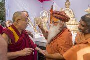 Его Святейшество Далай-лама и Свами Каршни Гуру Ашарананда-джи Махарадж во время торжественного открытия статуи Будды в парке Татхагаты на территории ашрама Шри Удасина Каршни. Матхура, штат Уттар-Прадеш, Индия. 21 марта 2017 г. Фото: Тензин Чойджор (офис ЕСДЛ)