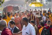 Его Святейшество Далай-лама направляется на ритуал рудра абхишека (омовение лингама Шивы) в начале второго дня визита в ашрам Шри Удасина Каршни. Матхура, штат Уттар-Прадеш, Индия. 21 марта 2017 г. Фото: Тензин Чойджор (офис ЕСДЛ)