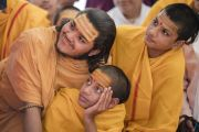 Юные индуисткие священники наблюдают за проведением ритуала огненной пуджи в ашраме Шри Удасина Каршни. Матхура, штат Уттар-Прадеш, Индия. 21 марта 2017 г. Фото: Тензин Чойджор (офис ЕСДЛ)