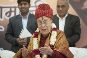 Его Святейшество Далай-лама примерил тюрбан (пагри), преподнесенный ему индийскими религиозными лидерами в знак почтения в ходе интерактивной встречи в ашраме Шри Удасина Каршни. Матхура, штат Уттар-Прадеш, Индия. 21 марта 2017 г. Фото: Тензин Чойджор (офис ЕСДЛ)