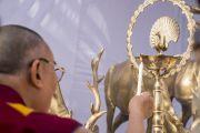 Его Святейшество Далай-лама зажигает традиционный светильник после открытия статуи Будды в парке Татхагаты на территории ашрама Шри Удасина Каршни. Матхура, штат Уттар-Прадеш, Индия. 21 марта 2017 г. Фото: Тензин Чойджор (офис ЕСДЛ)
