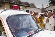 Его Святейшество Далай-лама прощается со Свами Каршни Гуру Ашаранандой-джи Махараджем и местными жителями по завершении визита в ашрам Шри Удасина Каршни. Матхура, штат Уттар-Прадеш, Индия. 21 марта 2017 г. Фото: Тензин Чойджор (офис ЕСДЛ)