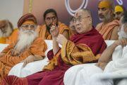 Его Святейшество Далай-лама отвечает на вопросы слушателей в ходе интерактивной встречи в ашраме Шри Удасина Каршни. Матхура, штат Уттар-Прадеш, Индия. 21 марта 2017 г. Фото: Тензин Чойджор (офис ЕСДЛ)